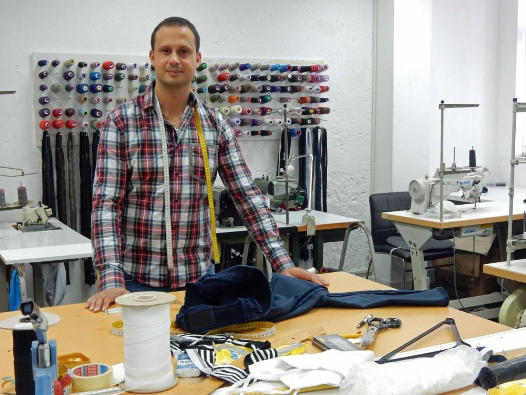 Ruim 2 jaar geleden opende Antonio zijn reparatiebedrijf Antonio's Kledingreparatie. Antonio's Kledingreparatie is gevestigd aan  Slotlaan 36, 3701 GL Zeist, 030 636 8788.