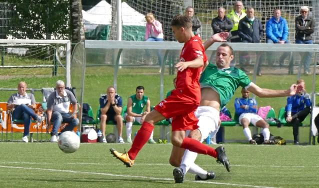 De voetballers van Jong Twente leken soms niet te houden. Toch hield de VVOG-verdediging stand. De Harderwijkers gaan na de 1-0 zege op kop in de 3de Divisie A.