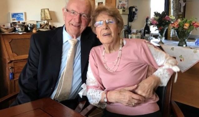 Louris Verweij (86) en Neeltje Verweij (84) traden 65 jaar geleden in het huwelijksbootje. Dit briljanten bruidspaar staat nog vol in het leven en vierde een groots feest op 10 september aan het Zuidwijk in Boskoop. FOTO: Feya Rosbergen
