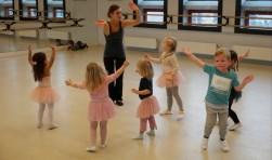 """Docente Sonja Bleijerveld van Kaliber Kunstenschool aan het dansen met 'haar' kinderen: """"Bij peuters merk je meteen de basisaanleg voor bewegen"""", zo laat ze weten."""