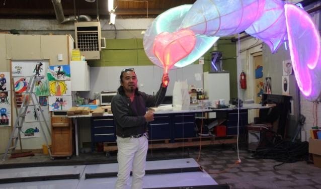 Randy van Lingen strooit met liefde. Het kunstwerk is gebouwd samen met studenten van de universiteit Twente.