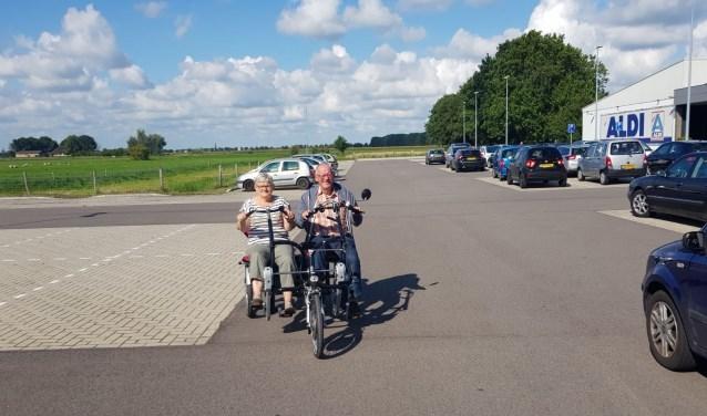Op de duo-fiets kun je mee trappen, maar dat hoeft niet.