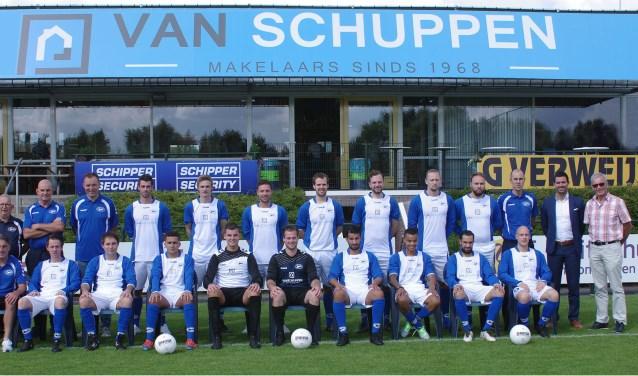 De selectie van SV Panter met de nieuwe sponsor. (Foto: Co Keulstra)