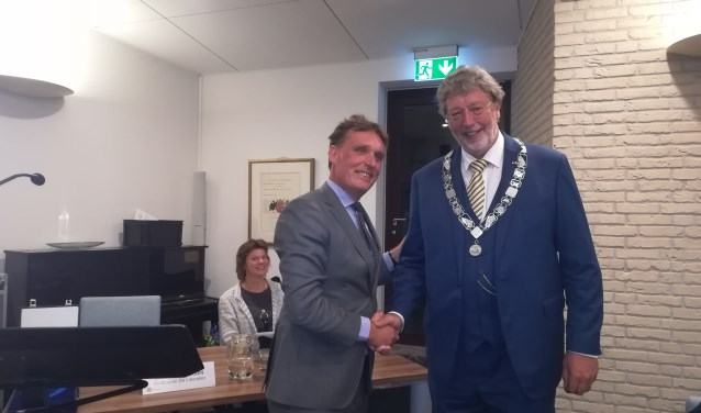Wethouder Jorrit Eijbersen (links) en de zojuist geïnstalleerde waarnemend burgemeester Roland van Schelven (rechts).
