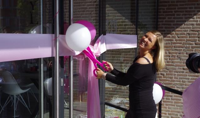 Marissa knipt het lint door en opent daarmee haar gloednieuwe dansschool genaamd 'Marissa Danst'.(Foto: CO Keulstra)