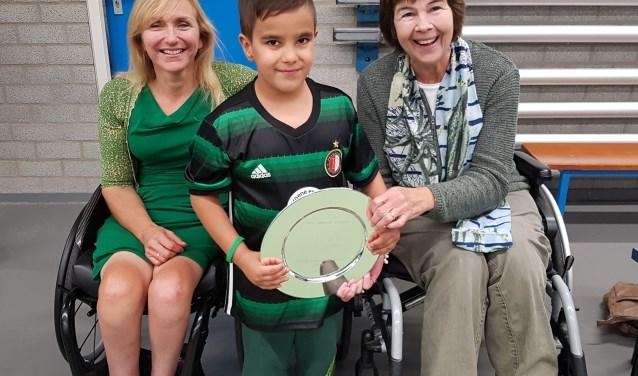 Deze Feyenoord-fan wilde heel graag met twee paralympisch kampioenen de de Jolanda Paardekam Award 2017 op de foto. Links de naamgeefster, rechts winnares Irene Lauwers (foto: Emile Hilgers).