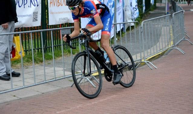 Mathijs de Leng uit Boskoop wint voor de tweede keer de Ronde van Alphen. FOTO: Koos 't Hart