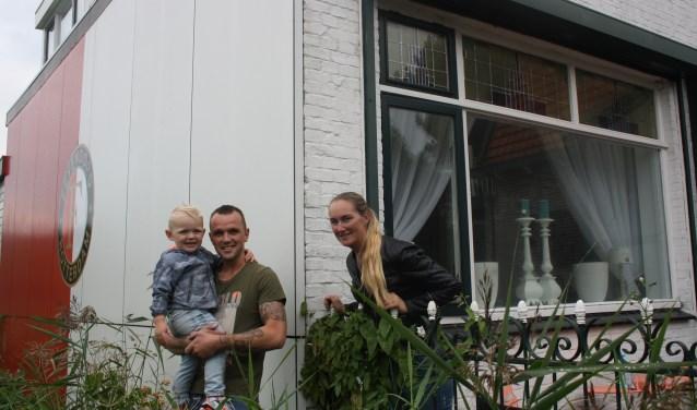 Bjorn, Kelly en zoontje Daley (2) voelen zich in hun bijzondere Feyenoord-huis aan de rand van Rotterdam echt thuis. (Foto: Gerrit van Loon)