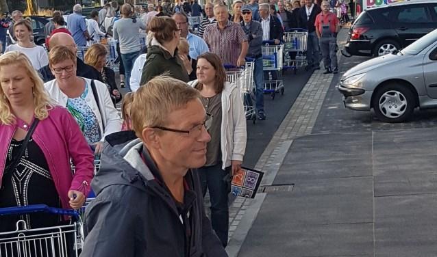 Zaterdagochtend stonden honderden mensen in de rij te wachten voordat de deuren van Aldi Drunen voor het eerst opengingen.