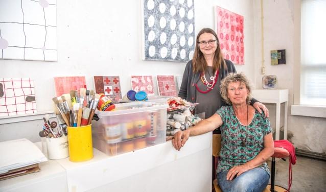 Annet van der Kamp en Gertia Sikking in het atelier van Van der kamp aan de Bergkloosterweg. Beide doen zaterdag 16 en zondag 17 september mee aan de open atelierdagen van de Belangenvereniging Zwolse Kunstenaars BZK. (foto: Frans Paalman)