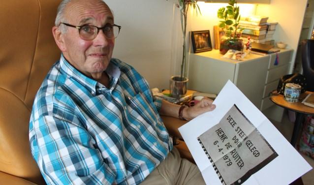 Henk de Ruiter was blij verrast om ´zijn´ herdenkingssteen uit 1979 terug te zien. Hij wist niet dat die nog bestond. (Foto: PR)