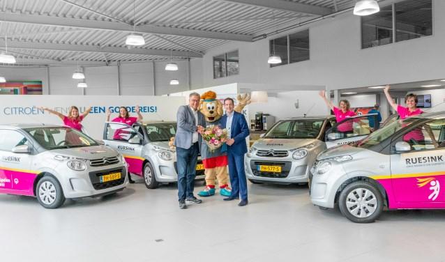 De overdracht van de auto's bij Autobedrijf Ruesink in Doetinchem.
