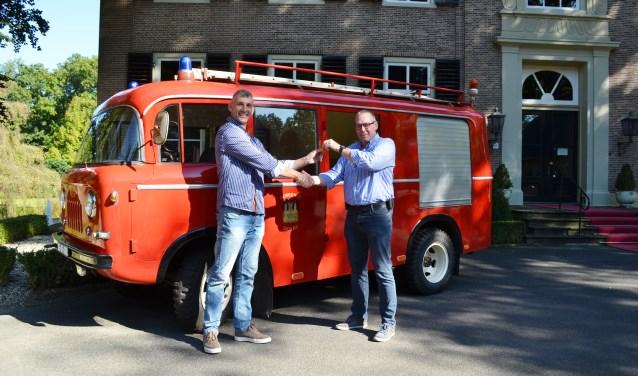 Gunther Strijbosch (links) van de brandweer Gendt overhandigt de sleutels aan bestuurslid Arjan van Brussel van het Internationaal Brandweermuseum Rijssen.