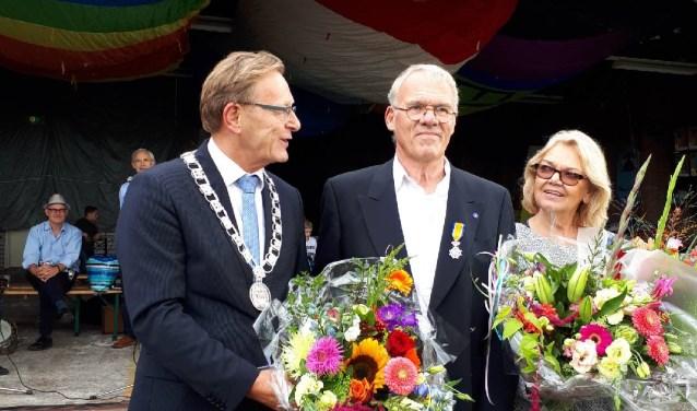 Burgemeester Koos Janssen reikte het lintje uit aan dhr. Koele.