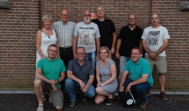 Het huidige bestuur van de Kontaktraad met Geert Wanders in grijs T-shirt. (Foto: Willy Steenkamp)