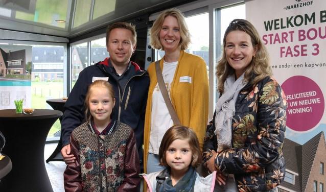 V.l.n.r. Nadine (9) met ouders Gert en Lynsey van Schaik en Hendra Huyser met jongste dochter Rosa (7).