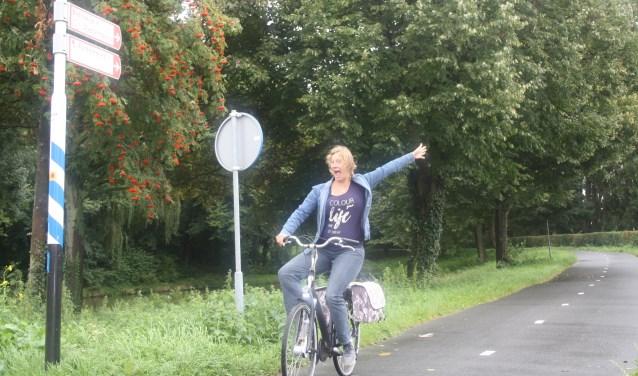 De zwangere Silvia Wessels hier zingend op het fietspad bij de Berkelseweg. Ze wiil een zangfietspad aanleggen.