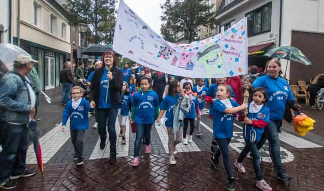 Het spandoek van basisschool De Regenboog won de eerste prijs.