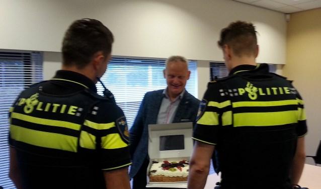 Namens de ondernemers van de binnenstad biedt SOW voorzitter Ruud van Doorn de taart aan.
