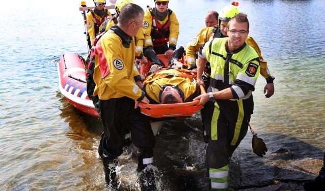 Het Oppervlakte Reddingsteam kan slachtoffers vanuit het water met een draagbaar en hulp van een hoogwerker omhoog takelen en veilig naar de kant brengen. Foto: Marco van den Broek.