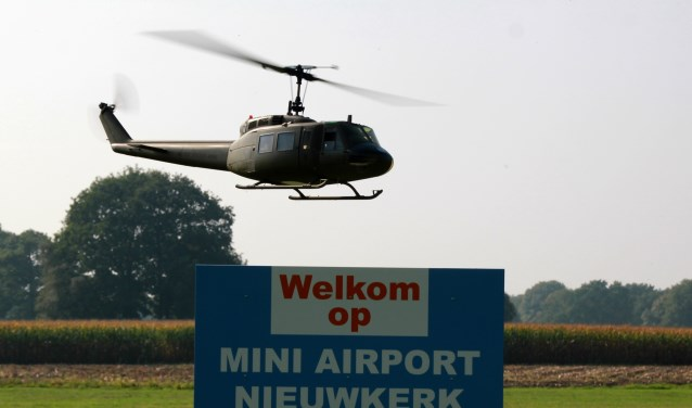 Burgemeester Mark van Stappershoef gaf het commando voor de onthulling van de naam. foto: Kees van Boxtel