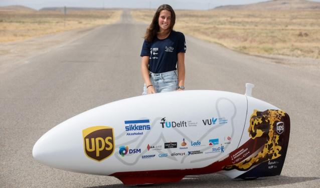 Daphne Fahrner in de Nevadawoestijn met de VeloX 7, een aerodynamische hightech ligfiets.