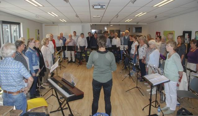 Met zangcoach Ellen Pieterse werden ademhalings- en stemoefeningen gedaan en diverse nummers doorgenomen. (Foto: Ans ter Horst)