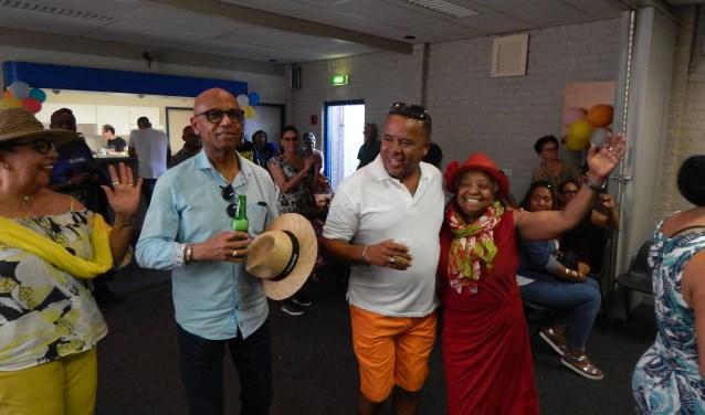 Veel Caribische Nederlanders, onder wie Mariëta Emers (rechts, met hoed op), houden van dansen en feesten.