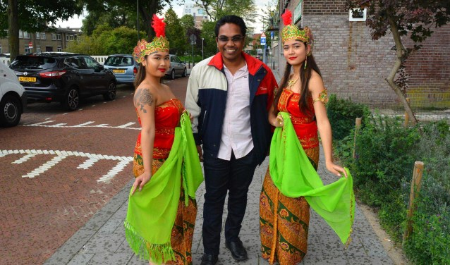 Minister Maikel Noersalim heeft het in de Ketelstraat naar zijn zin tussen 2 danseressen van Stichting RBU. Foto: Jos van Leeuwen