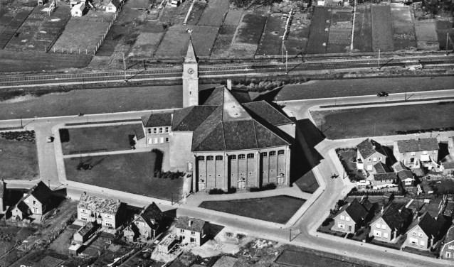 Een luchtfoto van de Noorderkerk in de jaren vijftig.