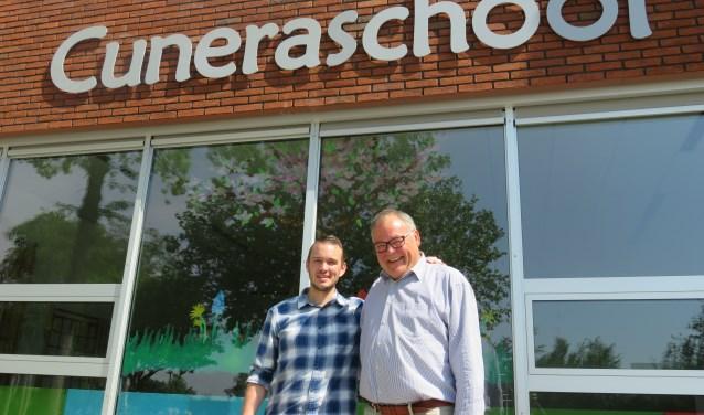 Waarnemend directeur Marc van de Snepscheut (links) met schrijver Hans Blankestijn. Het boek zal op 15 september a.s. om 14.30 uur op de Cuneraschool uitgereikt worden aan de wethouder van onderwijs, mevrouw Jolanda de Heer. (Foto: Job Verberne)