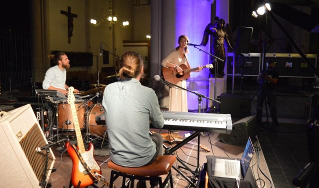 Rosemary & Garlic is een indiefolktrio dat zaterdagavond tijdens PopMonument in de Gertrudiskerk speelde. Foto: Timo van de Kasteele.