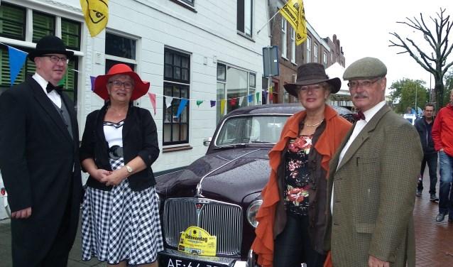 De familie De Jong (rechts) en de familie Olivier, in stijl gekleed bij de fraaie Rover 95 Saloon tijdens de Oldtimerdag in Alphen aan den Rijn. FOTO: Morvenna Goudkade