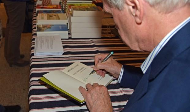 Adriaan van Dis signeert zijn boeken voor de Soester fans.(Foto: Fotokruis)
