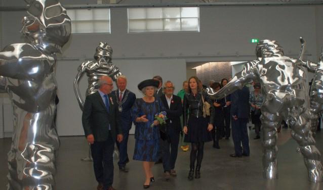 Prinses Beatrix tussen het werk Grosse Geister van kunstenaar Thomas Schütte dat te zien is in de jubileumtentoonstelling Weerzien, 25 jaar De Pont.