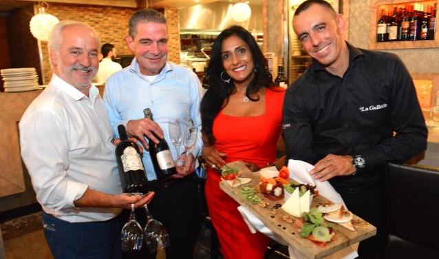Damiano D'Alba, Peter Veeman, Nazima Ramdin en Carloalberto Ragazzo tonen trots enkele wijnen en gerechten van Solo Vino by La Galleria/Foto: Jos van Leeuwen