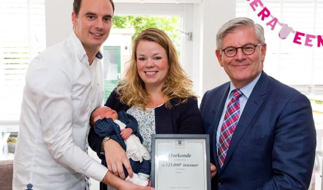 Burgemeester Aptroot met het echtpaar Van Luxemburg en baby Philine. Foto: Fotoflex