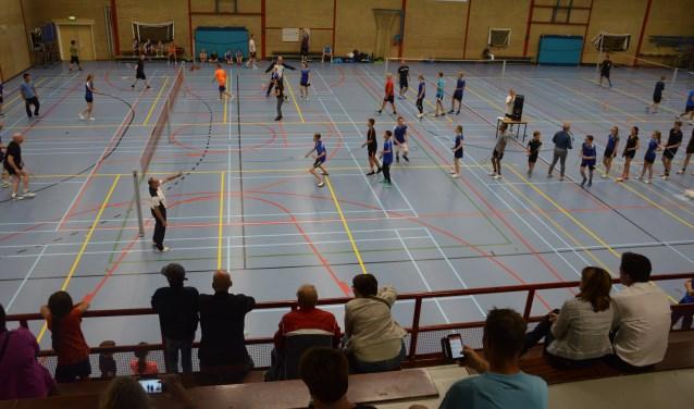 Badmintonclub Elst heeft een nieuw doel: de onderlinge band tussen junioren en senioren verstevigen. Dat werd gelijk in de praktijk gebracht tijdens de opening van het nieuwe seizoen. (Foto: BC Elst)