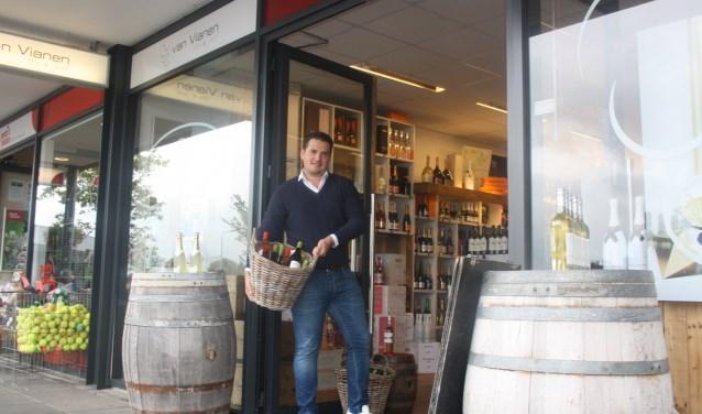 """Glenn van Vianen moet per se de mandjes met wijnflessen voor de deur naar binnen halen. """"Handhaven oké, maar wel op een normale manier'.  Foto: GvL"""
