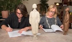 De Zutphense beeldhouder Herma Schellingerhoudt en burgemeeser Annemieke Vermeulen zetten hun handtekening onder de opdracht voor het maken van het beeld.
