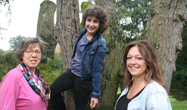 Francien Kaljouw, Léandra van der Burgh (Dramatherapeute Rijssen) en Sita de Jager (v.l.n.r.) zijn blij met de themaweek.