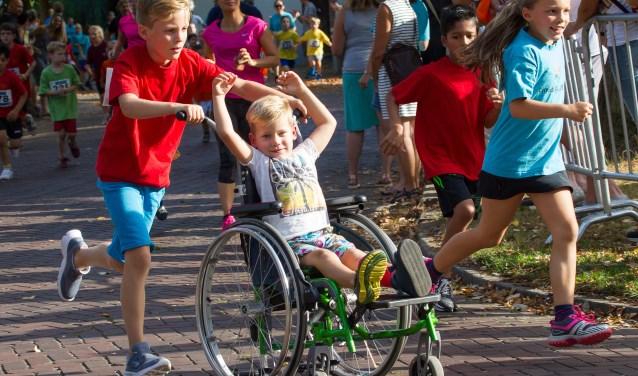 Iedereen kan meedoen aan de Ronde van Waalre. Zelfs als je in een rolstoel zit. Deze twee vriendjes laten het goede voorbeeld zien dat niemand zich buitengesloten hoeft te voelen van het evenement.