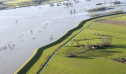 In 1995 bedreigden hoge waterstanden in de rivieren de dijken en polders.