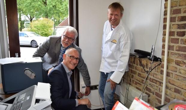 De eerste glasvezelaansluiting bij Top Bakker Sellink in Meddo. Vlnr: Piet Grootenboer, directeur Glasvezel buitenaf, wethouder Gert-Jan te Gronde en bakker Erik Sellink.