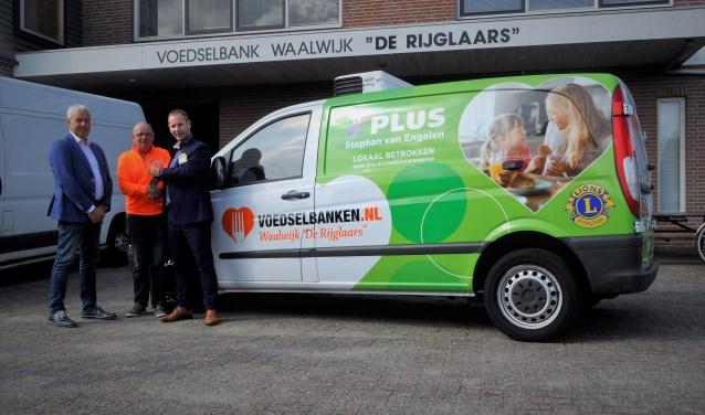 Vrijdag overhandigde Stephan van Engelen de sleutels van de bus aan Arjan van den Hoven van Voedselbank 'De Rijglaars'. Foto: Piet Pulles