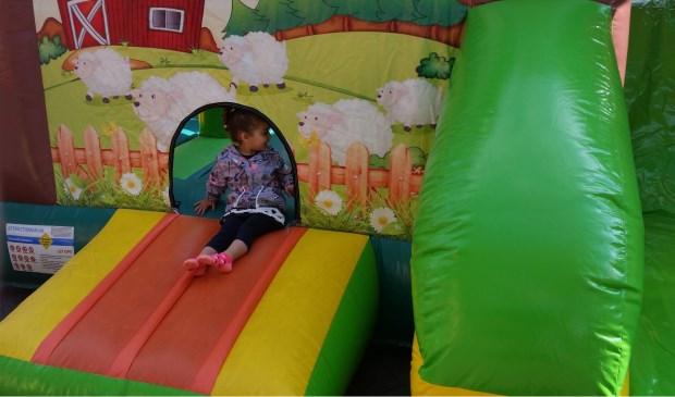 Door kinderattracties in het centrum van Bemmel kunnen ouders rustig inkopen doen.