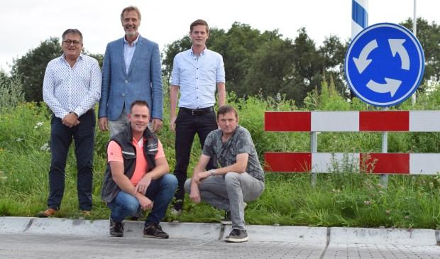 Vlnr, staand: Harrie Garritsen en Frans Mul van de Winterswijkse Uitdaging, architect René Scholten,  voor: Luuk Assinck en Stephan Kersten.