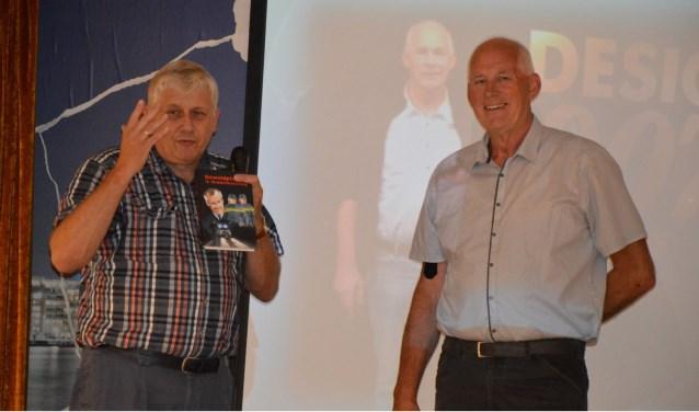 Het eerste exemplaar van Bens (links) nieuwe boek werd aangeboden aan Hans van Dolderen, hoofd bedrijfsvoering van politie-eenheid Rotterdam.