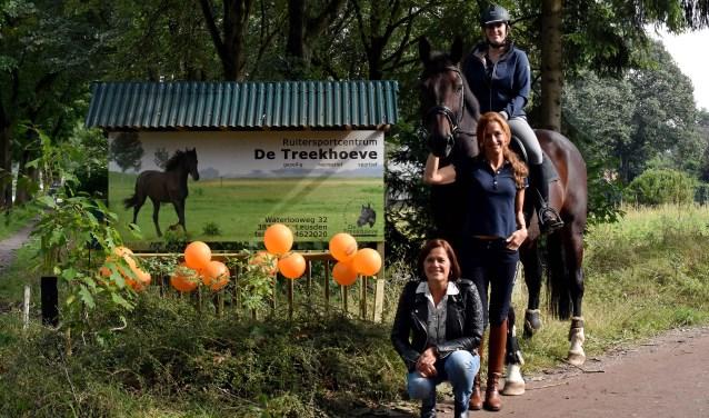 Ook Star heeft op hoog niveau in de dressuursport gepresteerd. Hij zat aan zijn top en moest verkocht worden. Dankzij het Second Life-plan zijn Irja (op paard) en Rietje (staand) nu de vaste ruiters. (Foto: Hetty Heijne)