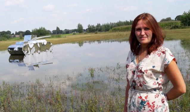 Ellen Bouter bij haar kunstwerk 'Inundatie' (onderwaterzetting) vlakbij de Slaperdijk: een vriendelijk spiegelende tank